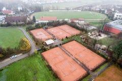 Luchtmening van tennisbanen tijdens de herfst met ontmantelde netten royalty-vrije stock fotografie