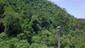 Luchtmening van Toeristen die op de Kabel van Zipline of van de Luifel berijden Adrenalineavontuur op Vakantie stock video