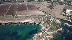 Luchtmening van toneelkustlijn van Plemmirio in Sicilië stock videobeelden