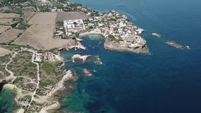 Luchtmening van toneelkustlijn van Plemmirio in Sicilië stock footage