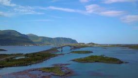 Luchtmening van toneelweg op Lofoten-eilanden in Noorwegen met brug verbindende eilanden stock videobeelden