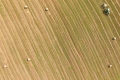 Luchtmening van tractor met ronde pers op gebied Royalty-vrije Stock Foto