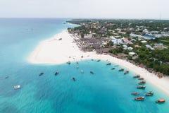 Luchtmening van tropisch strand dichtbij Kendwa-dorp, Zanzibar stock afbeeldingen