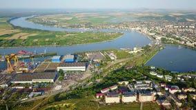 Luchtmening van Tulcea-stad, scheepswerf en de Donau alvorens in het overzees te stromen stock footage