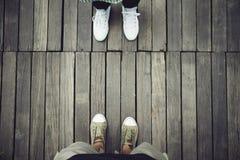 Luchtmening van twee mensen die zich tegenovergesteld op oud houten plankfl bevinden stock foto's