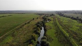 Luchtmening van Tysmenytsya-rivier, de Oekraïne De vlotte vlucht door:sturen techniek stock video