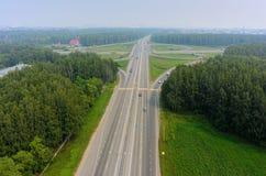 Luchtmening van uitwisseling op twee niveaus met smog in lucht Royalty-vrije Stock Foto's