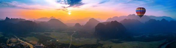Luchtmening van Vang vieng met bergen en ballon bij zonsondergang royalty-vrije stock foto's