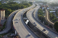 Luchtmening van veelvoudig steegweg en verkeer Stock Fotografie