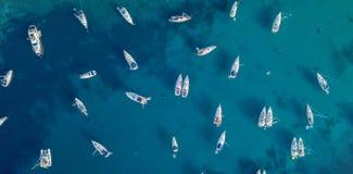 Luchtmening van velen die jacht in open water verankeren royalty-vrije stock foto's
