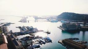 Luchtmening van verbazende boten bij zonsondergang voorraad Hoogste mening van hommel van haven met jacht, motorboot en zeilboot stock footage