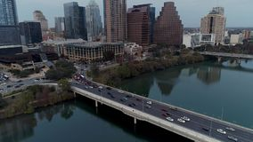 Luchtmening van verkeer op de Straatbrug van S eerste in Austin Texas stock video