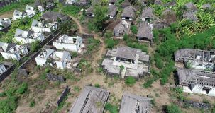 Luchtmening van verlaten huizen op tropisch Eiland Bali stock footage