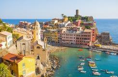 Luchtmening van Vernazza, 5 Terre, de provincie van La Spezia, Ligurian kust, Italië stock foto