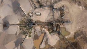 Luchtmening van verpletterde steengroevemachine stock videobeelden