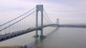 Luchtmening van Verrazano bidge en viaduct de Stad in van Brooklyn, New York NYC van bovengenoemde Hudson-rivier stock footage