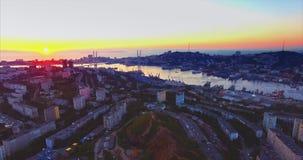 Luchtmening van Vladivostok, Gouden Hoornhaven bij mooie zonsondergang Rusland stock video