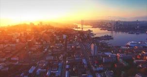 Luchtmening van Vladivostok-stadscentrum, Gouden Hoornhaven Zonsopgang Rusland stock videobeelden
