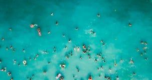 Luchtmening van Vliegende Hommel van Mensenmenigte die Pret hebben, en in Water in de Zwarte Zee spelen ontspannen stock foto's