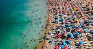 Luchtmening van Vliegende Hommel van Mensenmenigte het Ontspannen op Costinesti-Strand in Roemenië stock foto's