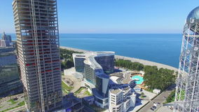 Luchtmening van vliegende hommel van Batumi stock videobeelden
