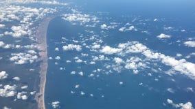 Luchtmening van vliegtuig die over strand en oceaan vliegen stock video