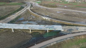 Luchtmening van vloednasleep op e-763 wegbouwwerf servië stock footage