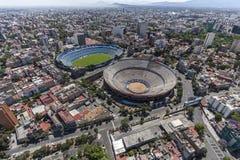 Luchtmening van voetbalstadion en stieregevechtarena in Mexico ci Stock Fotografie