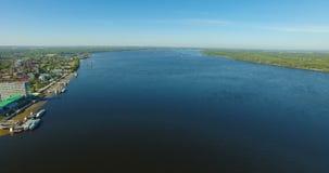 Luchtmening van Volga rivier bij Samara-stad stock videobeelden