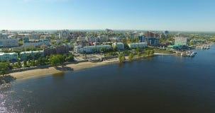 Luchtmening van Volga rivier bij Samara-stad stock footage
