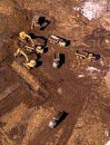 Luchtmening van vrachtwagens die aarde op een bouwwerf dragen Stock Fotografie