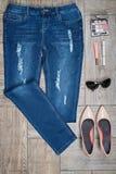 Luchtmening van vrouwen` s jeans en toebehoren Stock Afbeelding