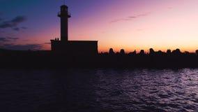 Luchtmening van vuurtoren bij zonsondergang en zeehaven in Varna, Bulgarije