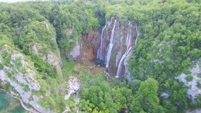 Luchtmening van watervallen en meren in het Nationale Park van Plitvice stock footage