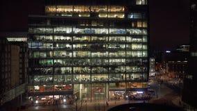 Luchtmening van werkend recent bureau bij nacht in Londen stock footage