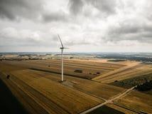 Luchtmening van windmolen tegen bewolkte hemel Stock Afbeeldingen