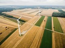 Luchtmening van windmolen tegen bewolkte hemel Royalty-vrije Stock Foto