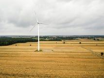 Luchtmening van windmolen tegen bewolkte hemel Stock Fotografie