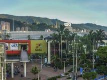 Luchtmening van Winkelcomplex en Bergen in Medellin royalty-vrije stock afbeelding