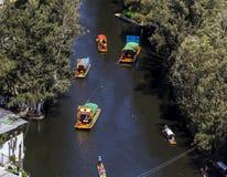 Luchtmening van xochimilcokanaal met typische boten Royalty-vrije Stock Foto