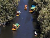 Luchtmening van xochimilcokanaal met typische boten Stock Fotografie