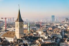 Luchtmening van Zürich de stad in met klokketoren, Zwitserland Stock Foto