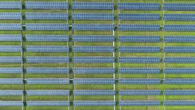 Luchtmening van zonne-energiepanelen, zonnepanelen, Zonneelektrische centrales stock footage