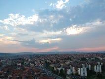 Luchtmening van zonsondergang in Kragujevac - Servië stock afbeelding