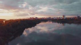 Luchtmening van zonsondergang over Siberische rivier stock videobeelden