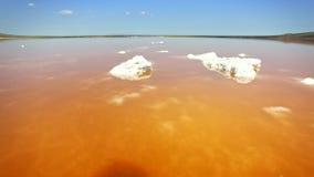 Luchtmening van zoute de verdampingsvijvers van het meerwater met roze en oranje planktonkleur stock video