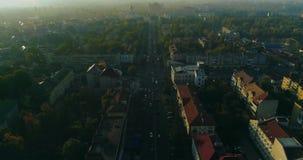 Luchtmening: Vlucht over de straten bij dageraad, Uzhgorod, de Oekraïne stock videobeelden