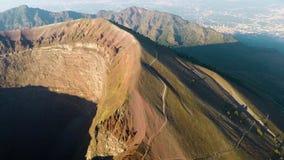 Luchtmening, Volledige krater van de vulkaan de Vesuvius, Italië, Napels, Epische vulkaanlengte van hoogte stock footage
