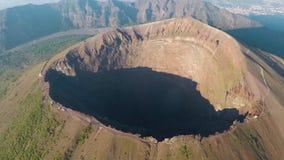 Luchtmening, Volledige krater van de vulkaan de Vesuvius, Italië, Napels, Epische vulkaanlengte van hoogte stock videobeelden