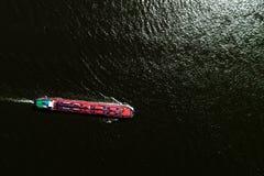 luchtmenings commercieel schip die de Rivier Rijn op een gebied kruisen royalty-vrije stock foto's